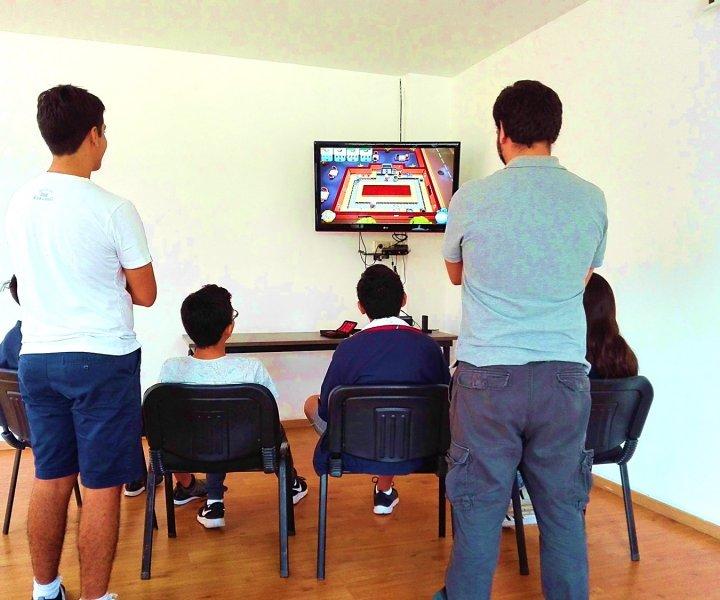 ¿Qué jugar? ¿Cuándo? ¿Cuánto? ¿Con quién? Cuatro de las dudas más frecuentes en lo que se refiere al uso de los videojuegos. Contestamos esas preguntas y les damos los consejos para desarrollar un gaming saludable en nuestros hijos.